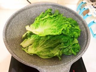 蒜泥生菜,烧开后加入生菜,速烫20秒