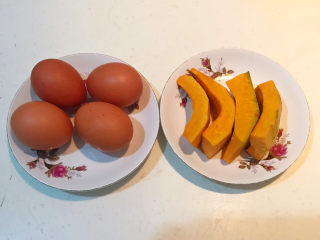 南瓜鸡蛋羹,准备食材:土鸡蛋,南瓜削皮后掏去瓜瓤