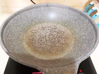 南瓜鸡蛋羹,锅里加入冷水