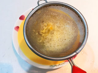 南瓜鸡蛋羹,把鸡蛋液过滤到汤盘里