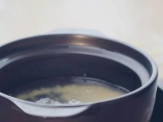 南瓜蒸糕,泡好的小米放粥锅里,加适量清水 煮成小米粥