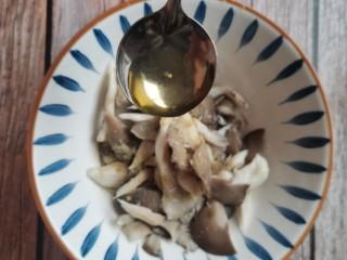 孜然蘑菇,一勺油,搅拌均匀腌十分钟