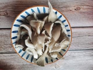 孜然蘑菇,用手掰开小条