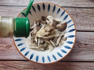 孜然蘑菇,加入胡椒粉