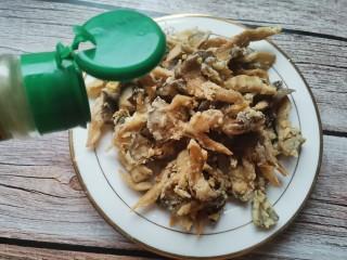 孜然蘑菇,趁热加入适量的椒盐