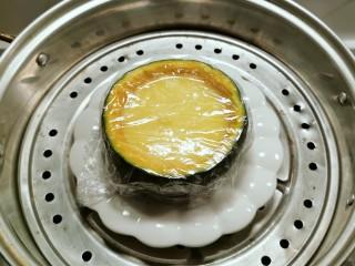 南瓜鸡蛋羹,放入蒸锅  蒸20分钟