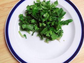 豆腐丸子汤,香菜切碎待用。