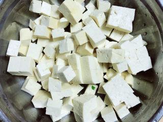 豆腐丸子汤,豆腐切成块儿待用。