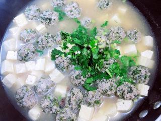 豆腐丸子汤,出锅前放入香菜末。