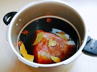 手撕牛肉干,倒入高压锅中,加入纯净水,没过牛肉为佳,开火烧开,烧开后,转小火压30分钟,关火后待高压锅解压后再将盖子打开。