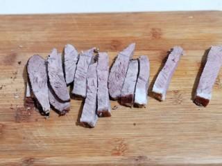 手撕牛肉干,把牛肉取出,凉晾,要凉透,也可以放入冰箱冷藏,再取出来切条。(必须要凉透后再切,这样切出来的比较好看且不易碎)