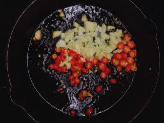 蒸黑茄子,锅中放油,下小米辣、蒜末炒香后放入葱末(剩一点最后装饰用)。