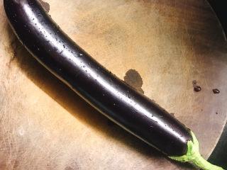 蒸黑茄子,准备好一条黑茄子🍆。