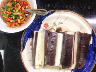 蒸黑茄子,小米辣搭配调料碗中拌匀。