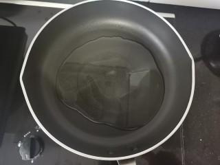 脆皮南瓜饼,准备一个平底锅加热倒入适量的油