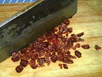 蔓越莓牛奶糖,将蔓越莓切碎备用