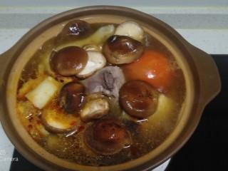 西紅柿燉雞腿、牛肉,大火煮開放入香菇