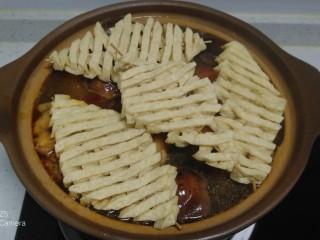 西紅柿燉雞腿、牛肉,轉小火放入豆腐串