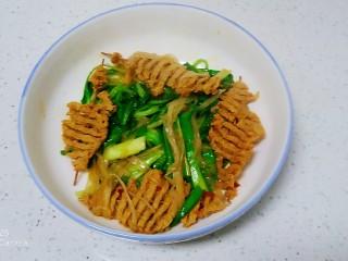 西紅柿燉雞腿、牛肉,青菜在最下面,放上豆腐串