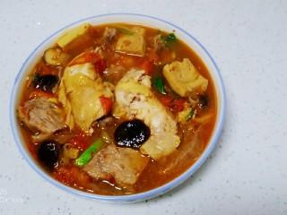 西紅柿燉雞腿、牛肉,倒入湯汁