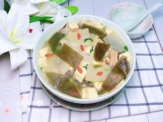 海帶冬瓜湯,一碗鮮美的海帶冬瓜靚湯就上桌了,濃郁的海鮮氣息,讓人非常有食欲!