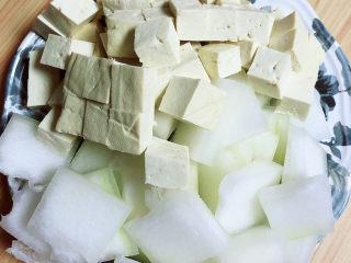 海帶冬瓜湯,豆腐、冬瓜切好待用。