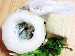 海帶冬瓜湯,準備好冬瓜、豆腐、粉絲、蔥姜蒜、香菜。