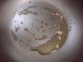 海帶冬瓜湯,鍋中倒入少許油,放入花椒粒煸香。
