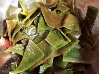 海帶冬瓜湯,將海帶清洗干凈切成塊狀。