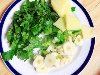 海帶冬瓜湯,將蔥姜蒜切成末,香菜也切成末兒待用。