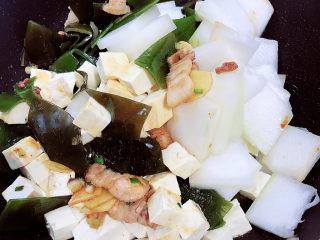 海帶冬瓜湯,將海帶、豆腐、冬瓜放入鍋中,翻炒均勻。