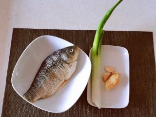 香煎鯽魚,食材準備好
