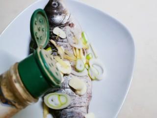 香煎鯽魚,倒入胡椒粉