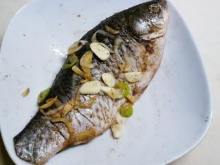 香煎鯽魚,腌制20分鐘