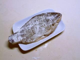 香煎鯽魚,腌好的魚裹上薄薄一層面粉