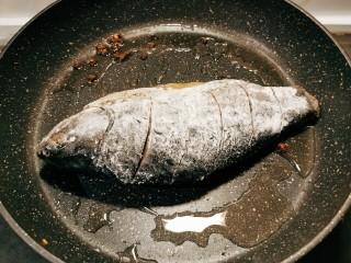 香煎鯽魚,起油鍋 放入花椒粒 放入腌好的魚