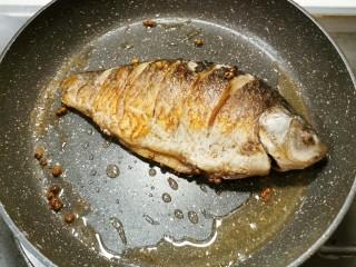 香煎鯽魚,煎至兩面金黃 用小火慢煎