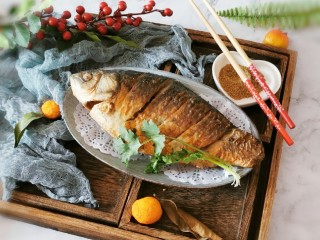 香煎鯽魚,出鍋裝盤
