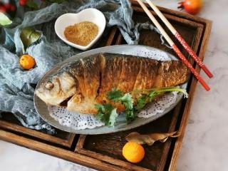 香煎鯽魚,蘸著椒鹽吃  很美味