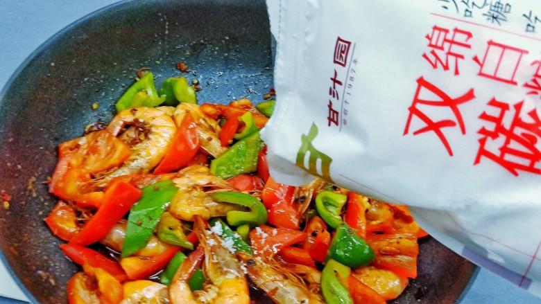 麻辣干锅虾,加15克白糖调提味。翻炒均匀即可出锅。