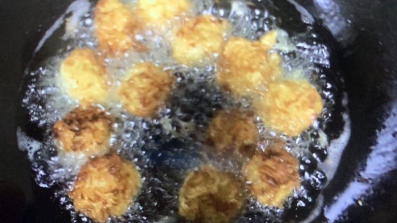 炸萝卜丝丸子,炸到两面金黄