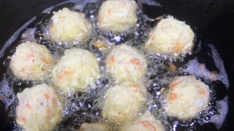 炸萝卜丝丸子,油热炸