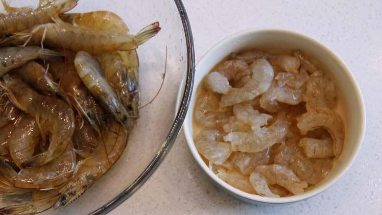 五彩福袋, 将虾取出肉,去除虾线后切成小段。