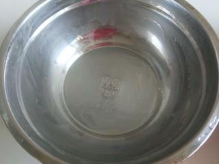 南瓜蒸糕,适合的盆子沫均匀油。