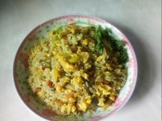 咖喱蛋炒饭,起锅装盘。