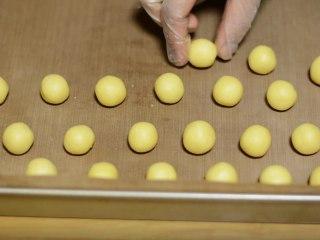 香酥夹心杏仁球,取出,切成等大的小方块。
