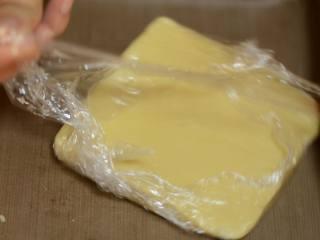 香酥夹心杏仁球,放入保鲜膜擀平。放入冰箱冷藏15—20分钟左右。
