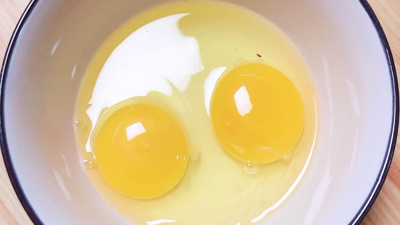南瓜鸡蛋羹,准备两个<a style='color:red;display:inline-block;' href='/shicai/ 9'>鸡蛋</a>打入碗中。