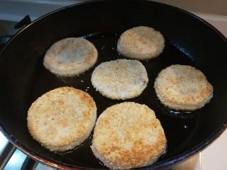 糯米蛋黄芝麻饼,煎制两面金黄即可。