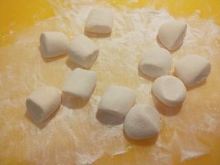 糯米蛋黄芝麻饼,切成小剂子。